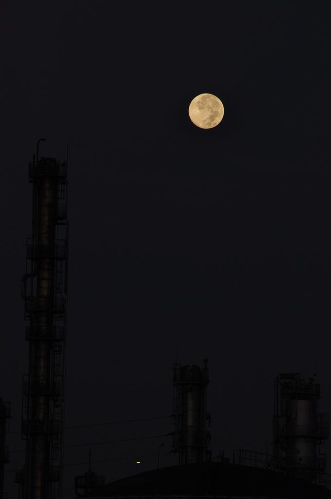 満月と煙突
